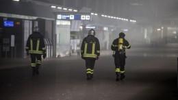 Vigili del fuoco al lavoro dopo l'incendio scoppiato all'aeroporto di Fiumicino, 7 maggio 2015. ANSA/MASSIMO PERCOSSI