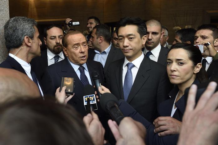 Silvio Berlusconi (S) e Mr Bee (D) rilasciano interviste davanti l'Hotel Park Hyatt al termine di un incontro, Milano,2 maggio 2015.  ANSA/FLAVIO LO SCALZO