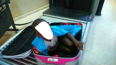 epa04737540 Handout picture provided by Spanish Civil Guard that shows the attempt by a Sub-Saharian immigrant aged eight years old in a suitcase trying to get in to Ceuta, Spain on 07 May 2015. The minor immigrant was caught due to the scaners in the border.  EPA/GUARDIA CIVIL / HANDOUT ATTENTION EDITORS : FACE BANKED OUT DUE TO SPANISH LAW HANDOUT EDITORIAL USE ONLY/NO SALES