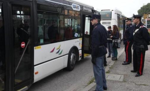 Si cala i pantaloni e si masturba sul bus, arrestato