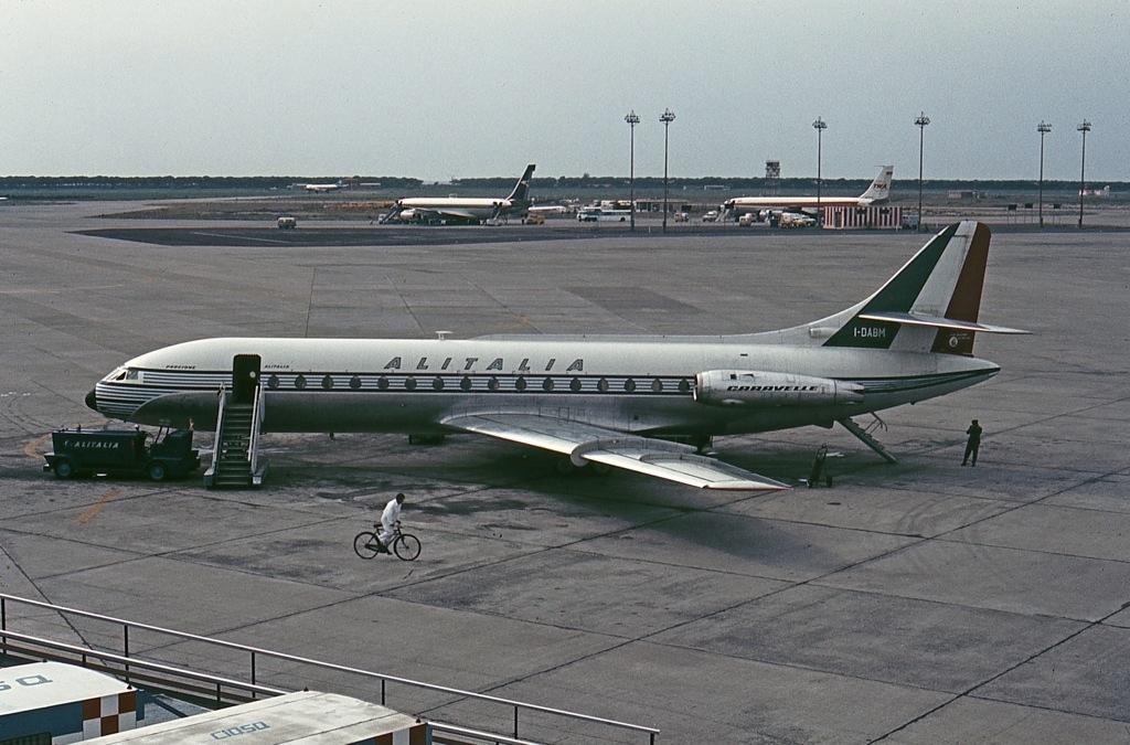 Caravelle in livrea Alitalia all'aeroporto Fiumicino - anni 60 -John Proctor-Wikipedia-Pubblico Dominio