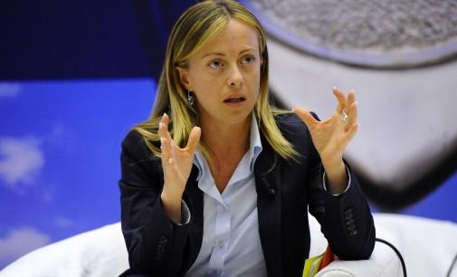 Giorgia Meloni su Boldrini: accoglie i migranti, poi spiaggia privata