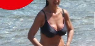Vacanze in Grecia per Laura Boldrini, in bikini a Kea