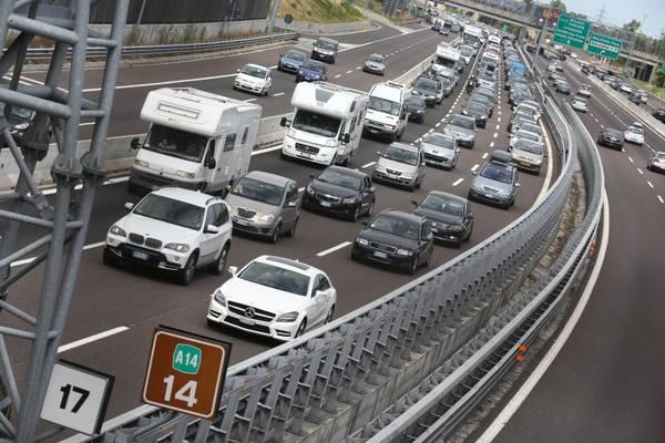 Coda di vacanzieri sull'autostrada A14 in direzione mare, all'altezza di Bologna, 10 Agosto 2013. ANSA / MICHELE NUCCI