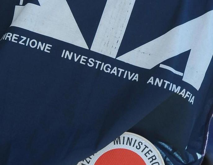 Un agente della Dia foto generica di agente di spalle con pettorale e paletta  CIRO  FUSCO /ANSA /DBA