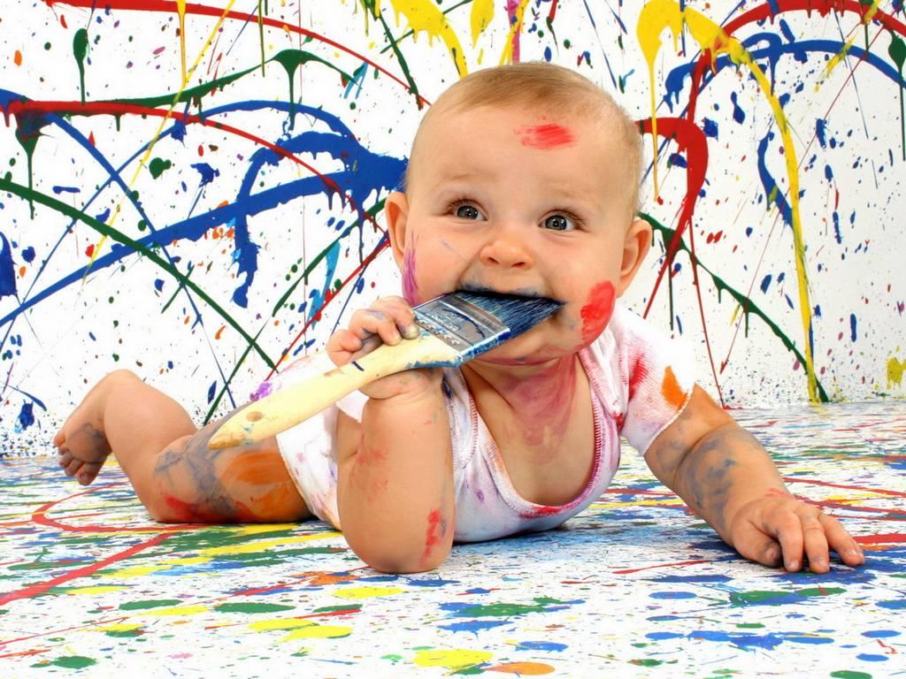 bambino-sporco-di-pittura