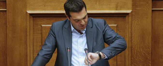 Greek Prime Minister Alexis Tsipras checks his watch as he arrives to deliver his speech at the end of a night parliamentary session in Athens, Greece, August 14, 2015. Greek lawmakers bickered through the night over a new bailout deal to keep the country afloat, only hours before euro zone finance ministers are due to decide on Friday whether to approve the vital aid for Athens.  REUTERS/Christian Hartmann