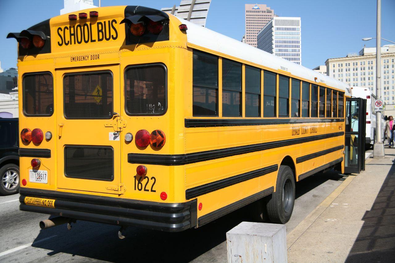 Dimenticata sullo scuolabus bambina di tre anni