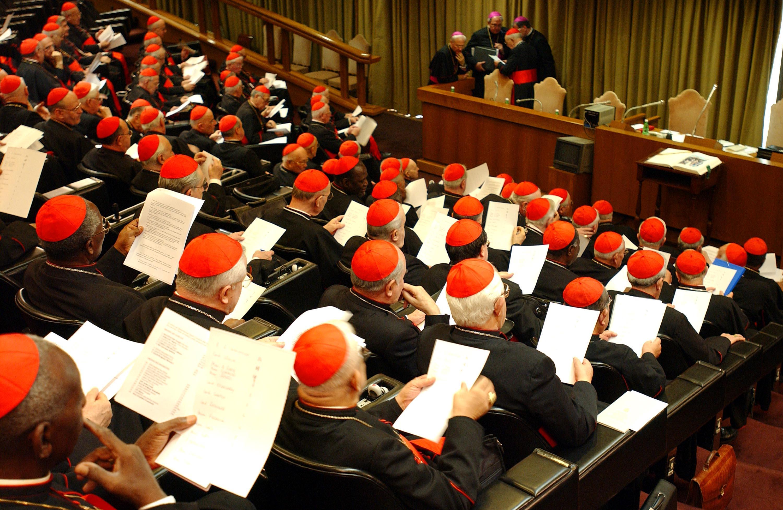 Una foto della riunione, nella nuova aula del Sinodo, della congregazione generale dei cardinali in vista del conclave. ANSA/OSSERVATORE ROMANO +++ NO SALES, EDITORIAL USE ONLY +++