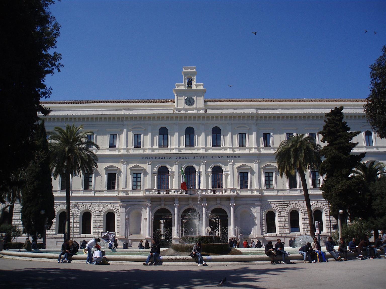 Ateneo di Bari, studenti fanno lezione in cortile