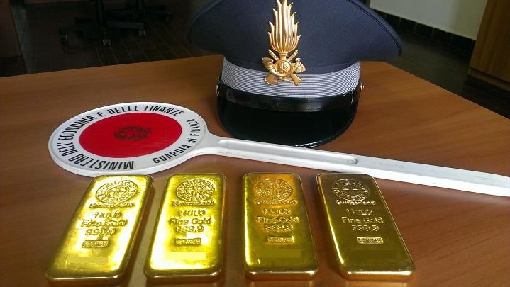 Bari, finanzieri intercettano quattro lingotti d'oro
