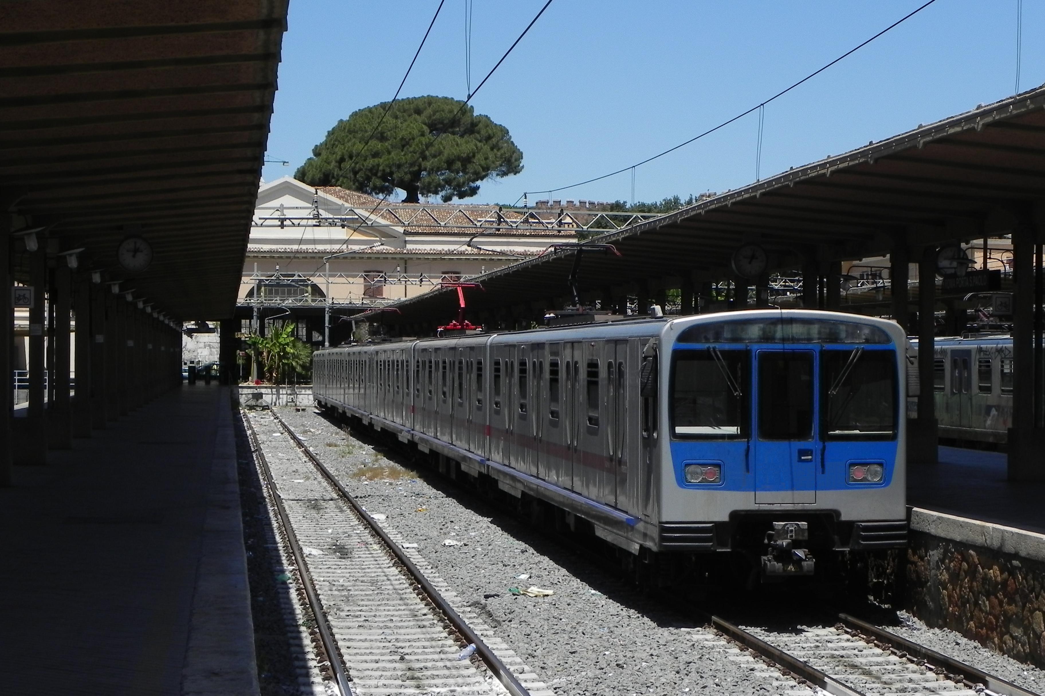 Dramma sulla Roma-Lido donna si lancia sui binari