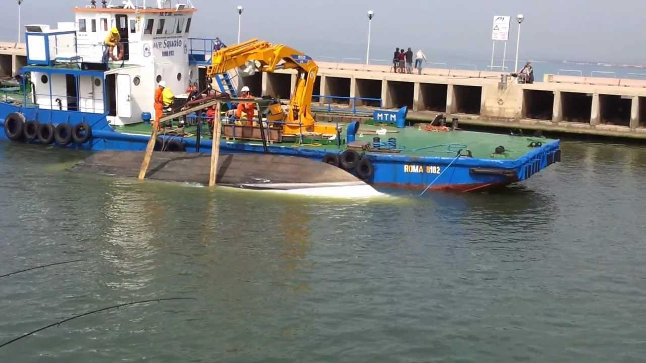 Taranto, pregiudicato affonda barca del padre