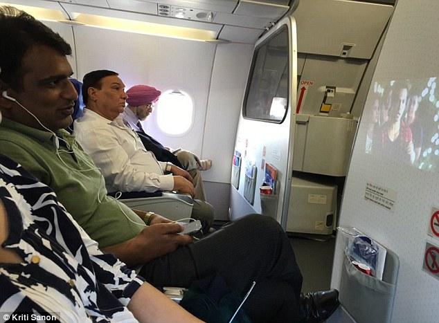 Guarda un film pirata in aereo... accanto alla protagonista!
