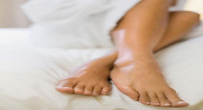 Per gioco cerca il suo nome online trova foto dei suoi piedi su sito feticisti