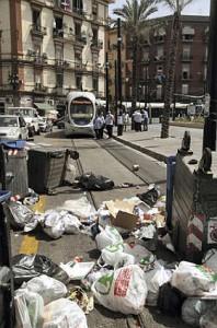 Esercenti scioperano contro i rifiuti.