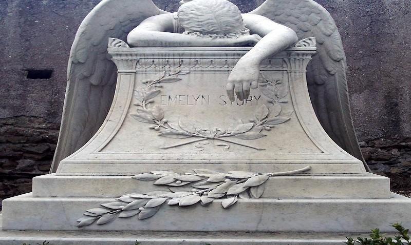 Sigaretta fra le dita, seduto in poltrona con i propri vestiti preferiti: il funerale choc