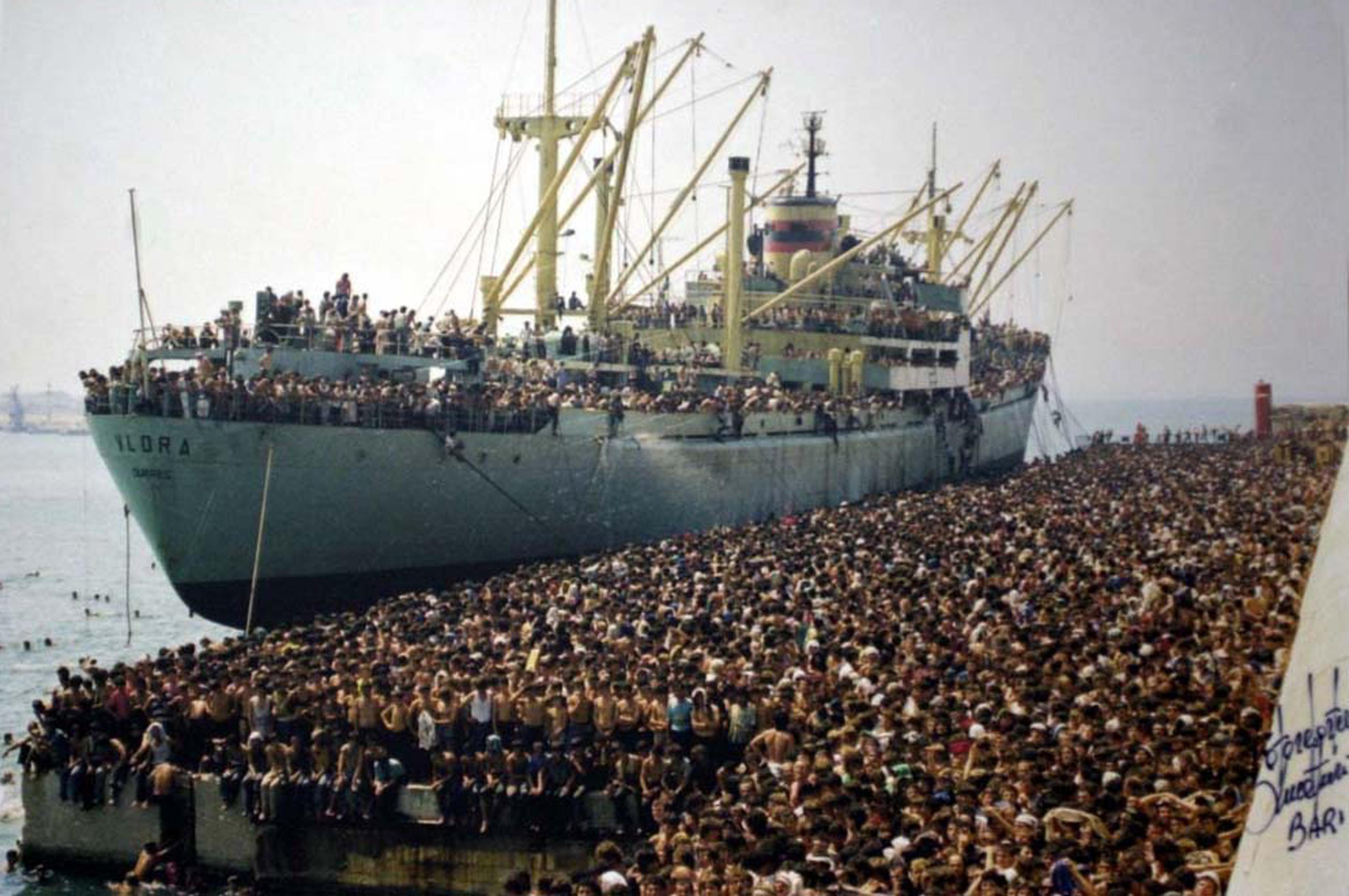Profughi della Vlora in banchina a Bari 8 agosto 1991