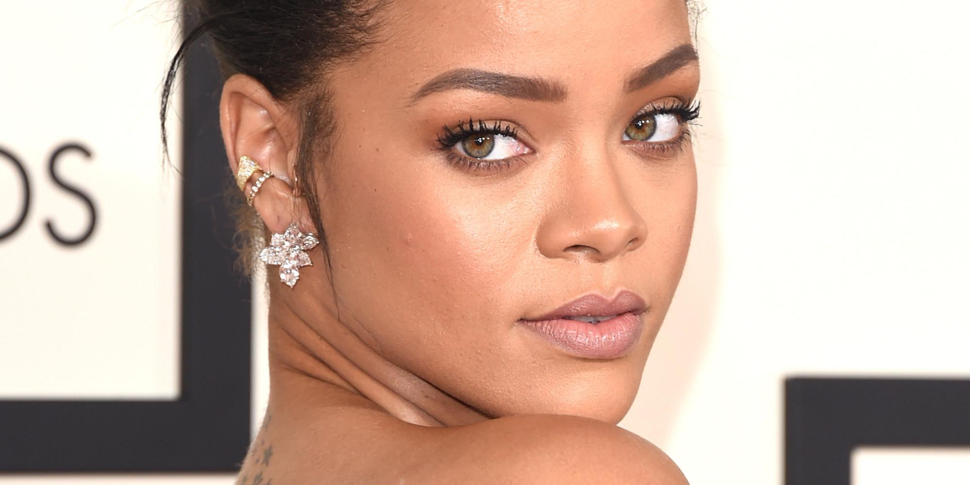 """Rihanna dà il microfono a un suo fan e lui la """"asfalta"""" con un acuto"""