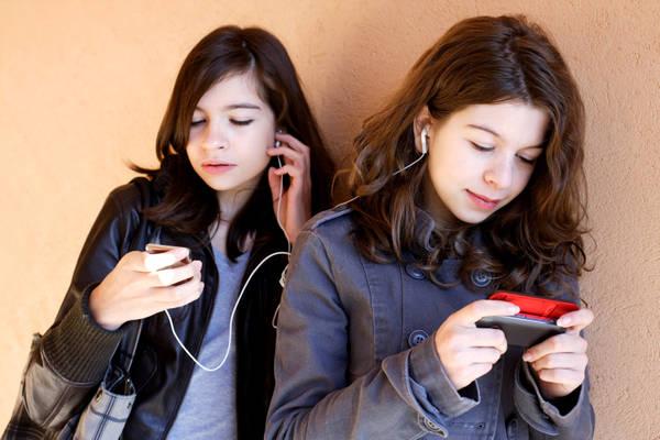 Lo Smartphone ci sta rendendo degli zombie. Distratto un italiano su due