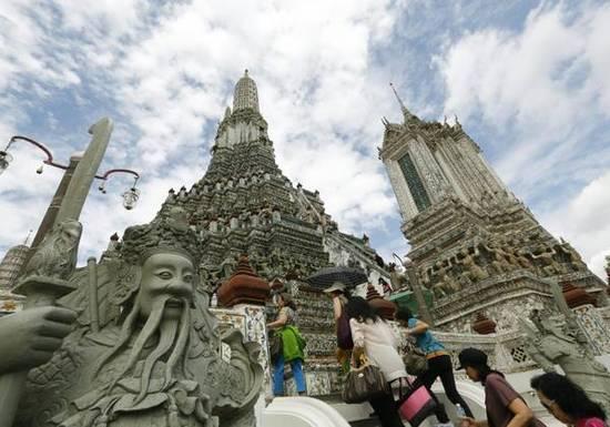 Thailandia: restauro del tempio di Wat Arun, alto 82 metri