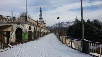 Consonno   Ruderi e minareto 4 con il Resegone