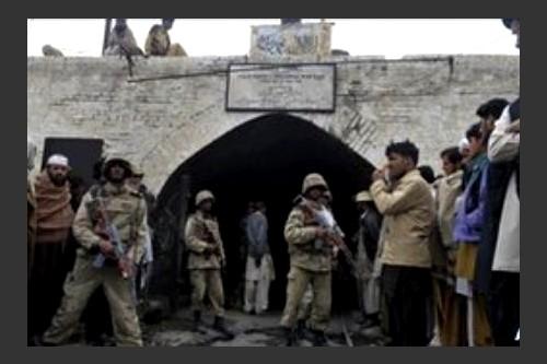 Pakistan: quattro agenti vengono uccisi dallo scoppio di una mina