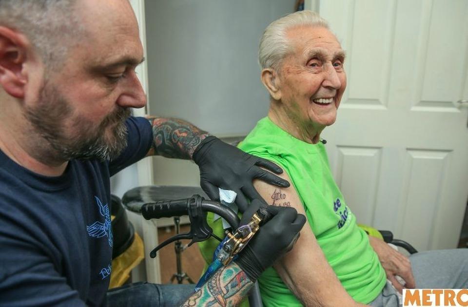 Nonno festeggia il compleanno tatuandosi un braccio