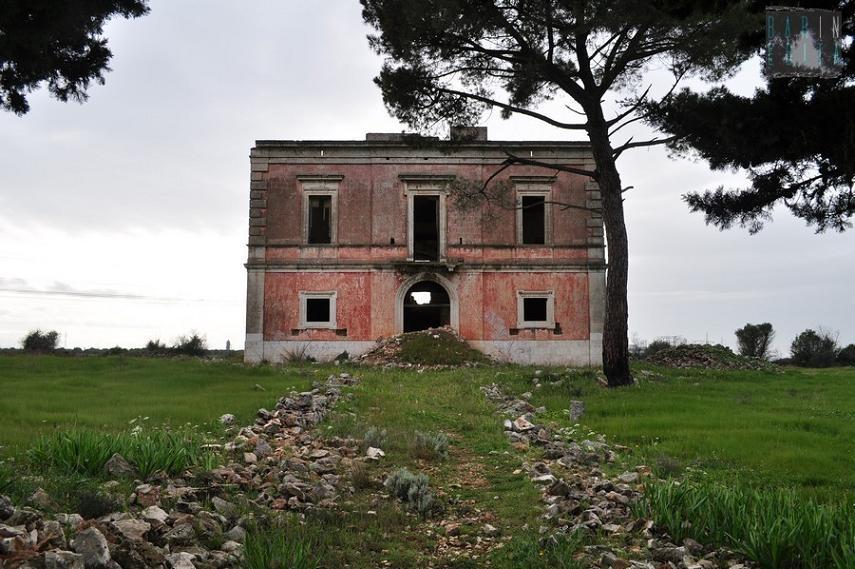 Quell'antica villa che domina la statale 100 dall'alto di una collina