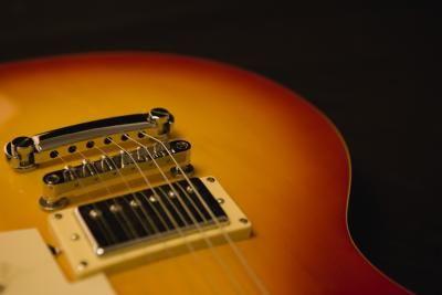 Rimozione dei graffi da una chitarra elettrica