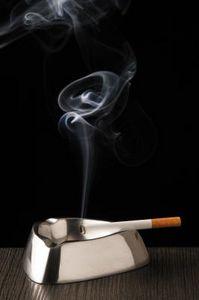 Come sbarazzarsi velocemente della puzza di fumo