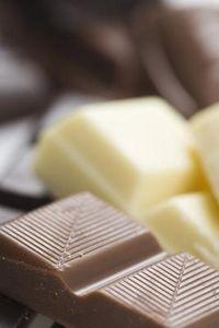 Come fondere le scaglie di cioccolato bianco per immergere i cibi