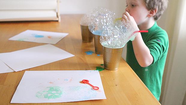 Arte e bambini: dipingere con le bolle