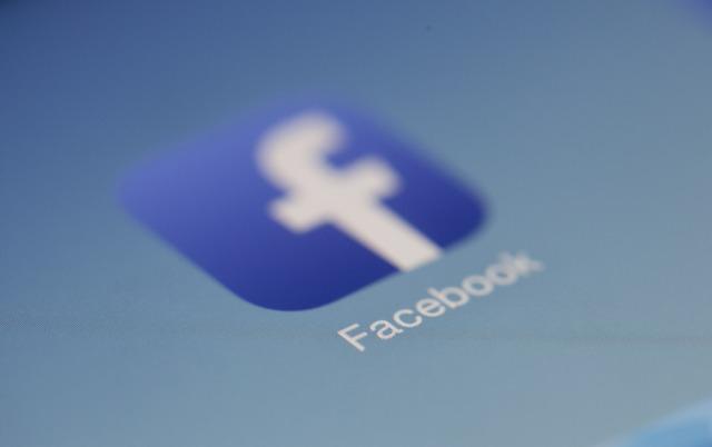 Come applicare decorazione foto con adesivo Facebook
