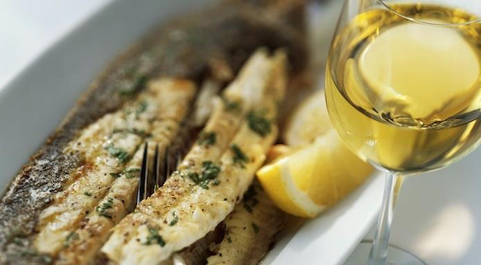 Perché il vino bianco si abbina al pesce