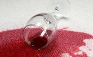 Metodo sicuro per rimuovere le macchie di vino rosso da un divano bianco
