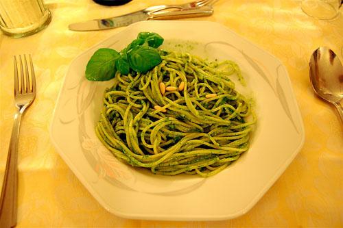 Come servire gli spaghetti al pesto
