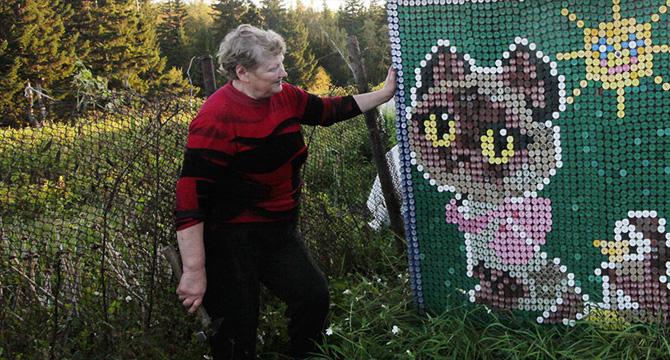 Una pensionata russa ha decorato la sua casa con 30.000 tappi di bottiglia