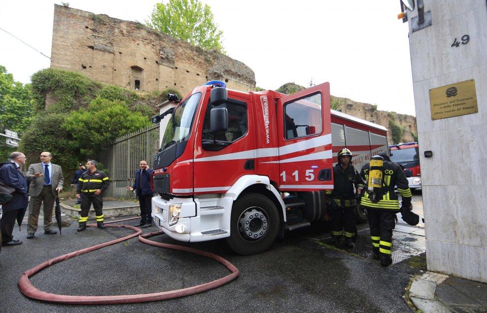 Uno dei camion dei Vigili del Fuoco accorsi stamattina a domare l'incendio del MEF