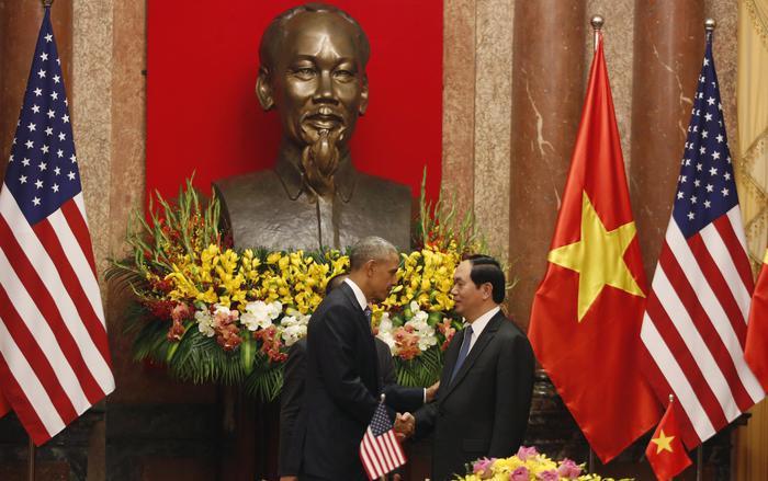 Barack Obama stringe la mano al segretario vietnamita Tan Dai Quang