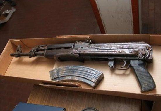 Uno dei fucili trovati a casa dell'imbianchino incensurato di Cutro