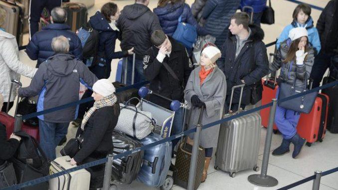 Alcuni passeggeri attendono pazientemente di fare il check in al JFK di New York