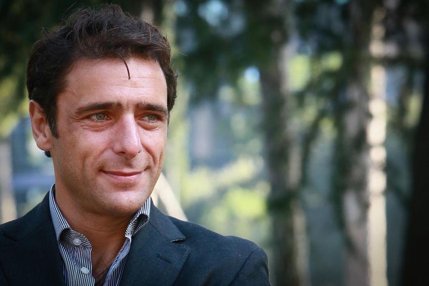 Adriano Giannini interpreta Boris Giuliano durante una scena dell'omonima mini serie tv di casa RAI