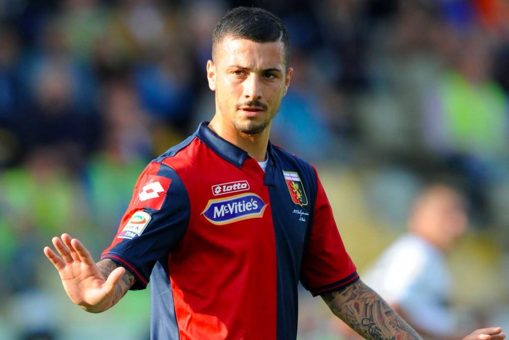 Armando Izzo indossa la maglia del Genoa durante una partita di Serie A