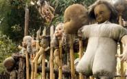 bambole impiccate alla staccionata 185x1151