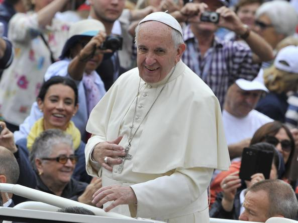 Papa Francesco sfila tra i fedeli a bordo della sua Papa Mobile