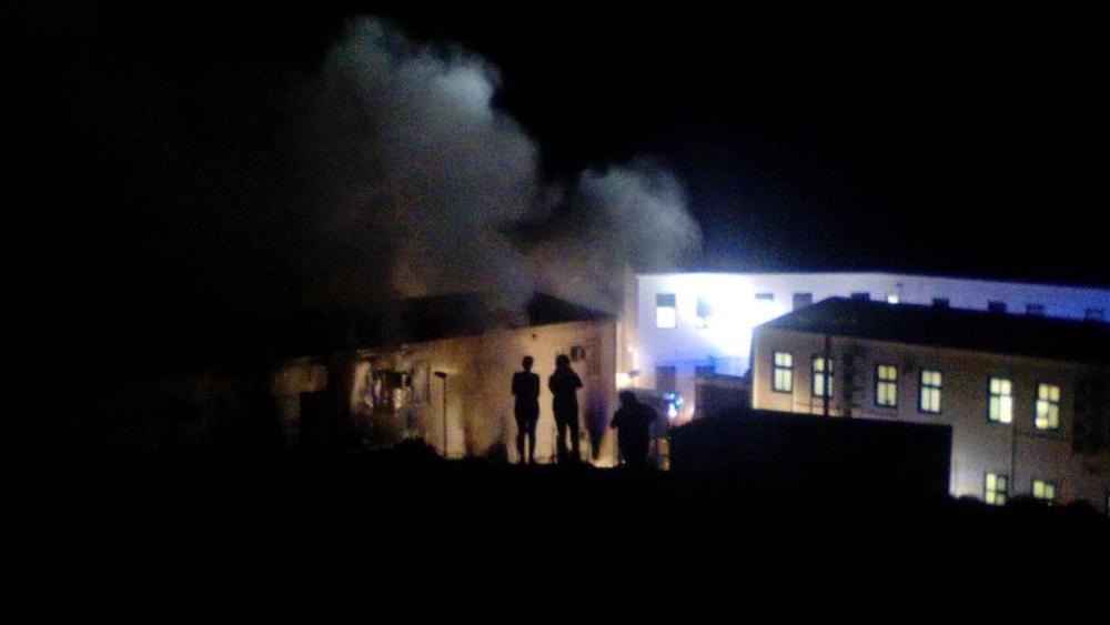 Alcune immagini dell'incendio che ha colpito uno dei padiglioni del Centro Accoglienza di Lampedusa
