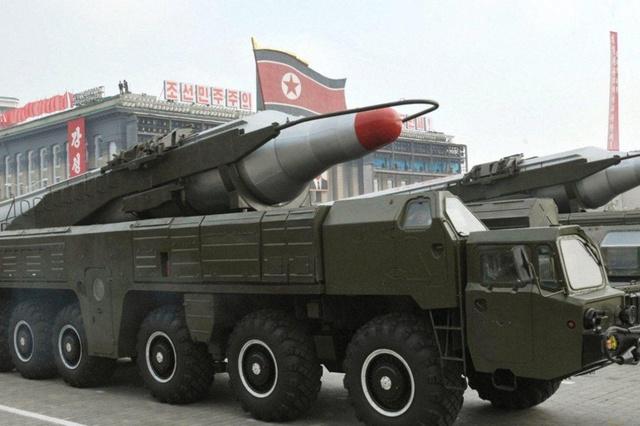 Un camion dell'esercito coreano trasporta un missile