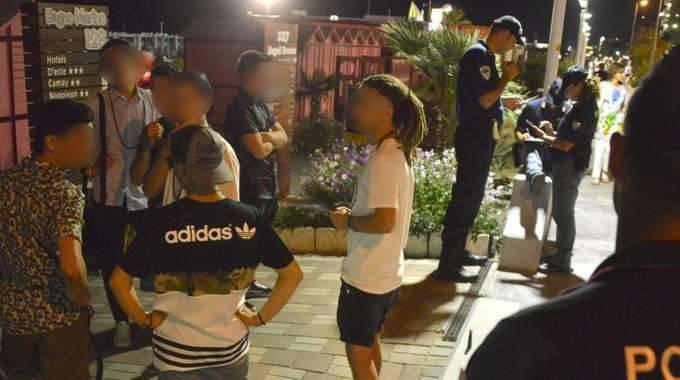 Alcuni agenti della polizia riminese interrogano i testimoni presenti sul lungomare Toscanelli , luogo dov'è stato ucciso il 40enne albanese