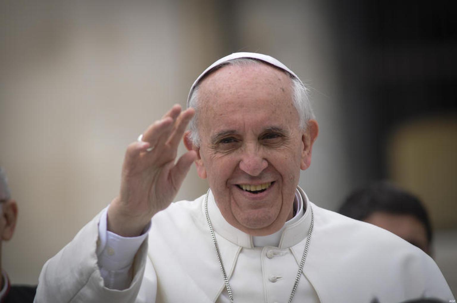 Papa Francesco saluta le migliaia di fedeli che, ogni Domenica, seguono la Messa in Piazza San Pietro a Roma